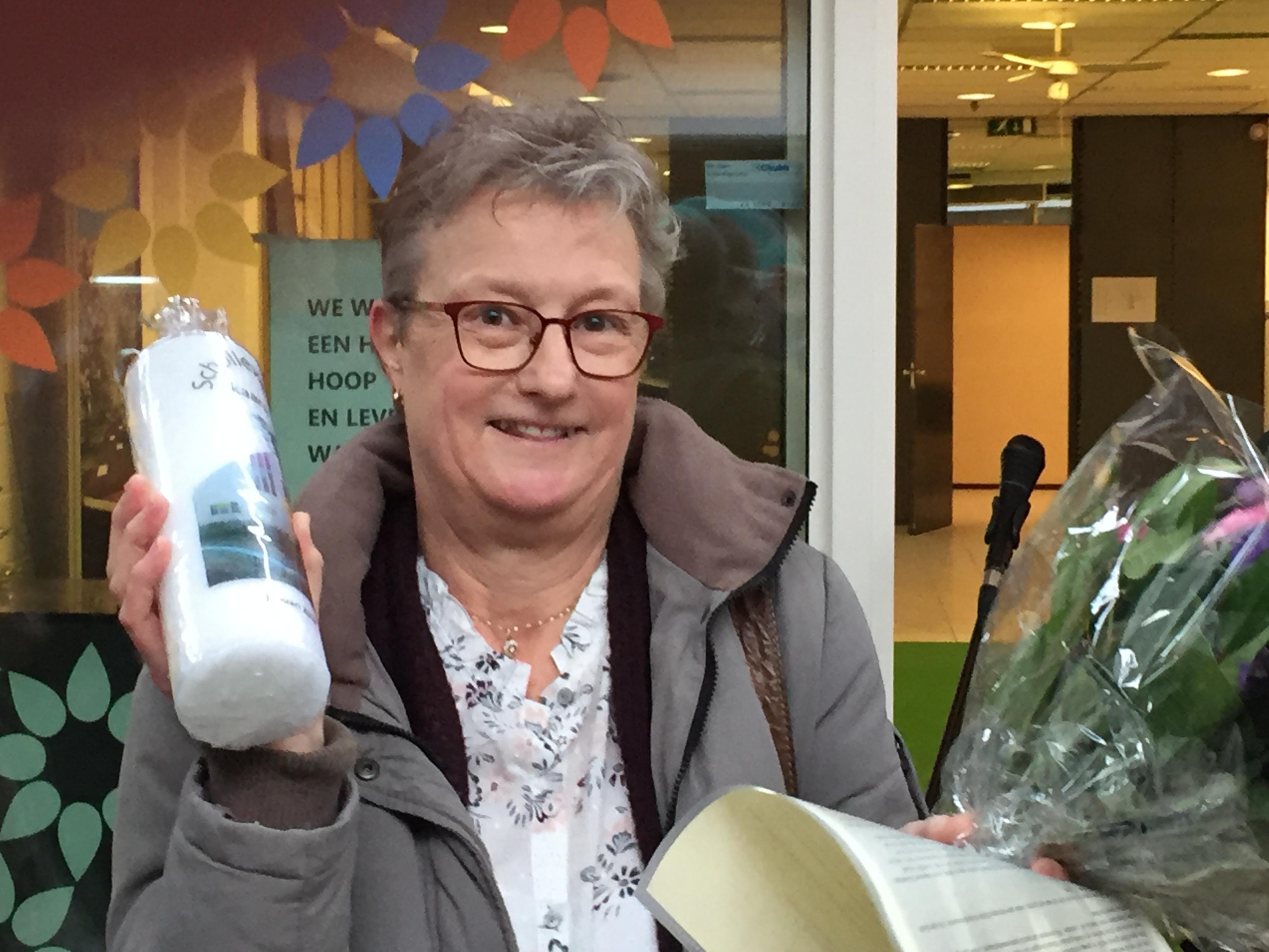 Cisca de Vries van De Zonnebloem ontvangt Schollevaarse Kaars 2018